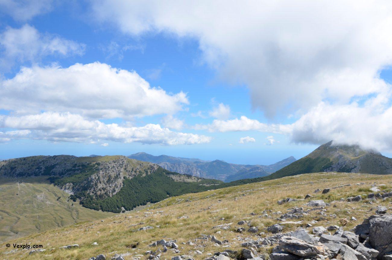 Il Dolcedorme (a destra) e la Serra delle Ciavole (a sinistra) dalla cima del Pollino