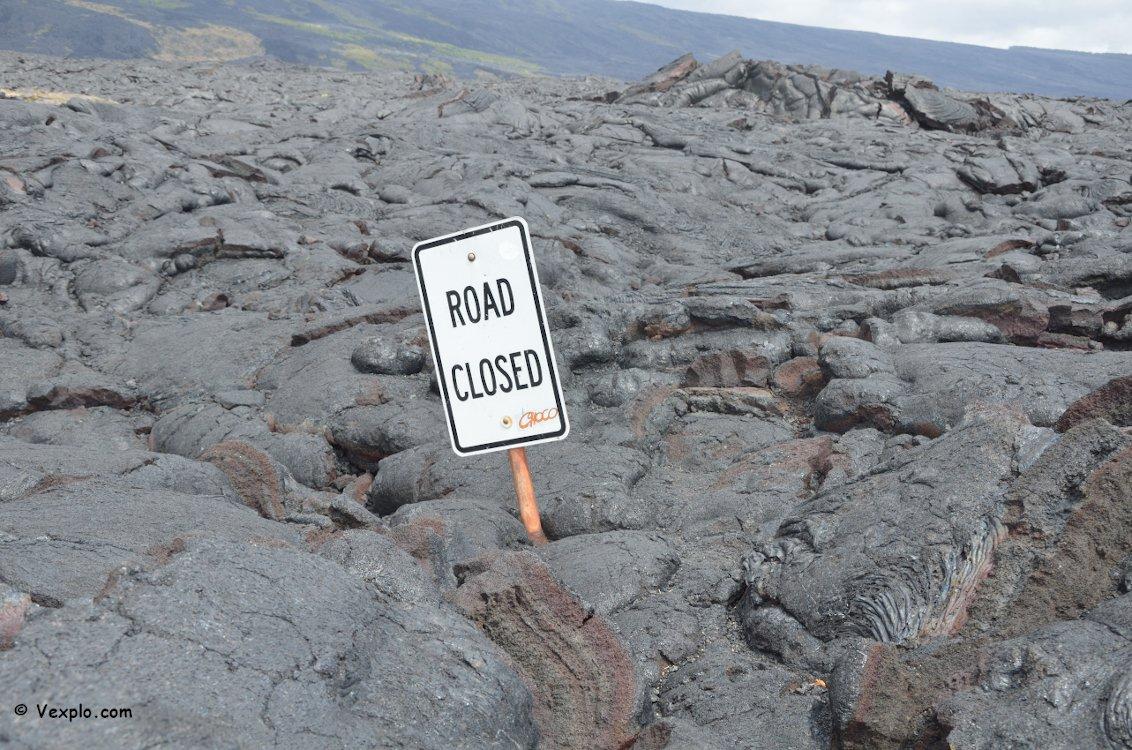 Lava su strada nell'isola di Hawaii.