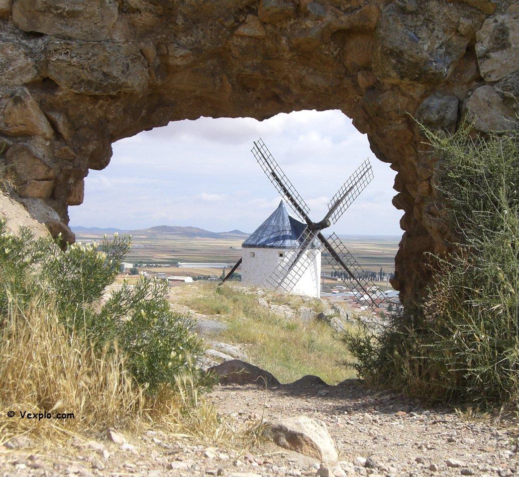 La Mancia e i suoi mulini a vento.