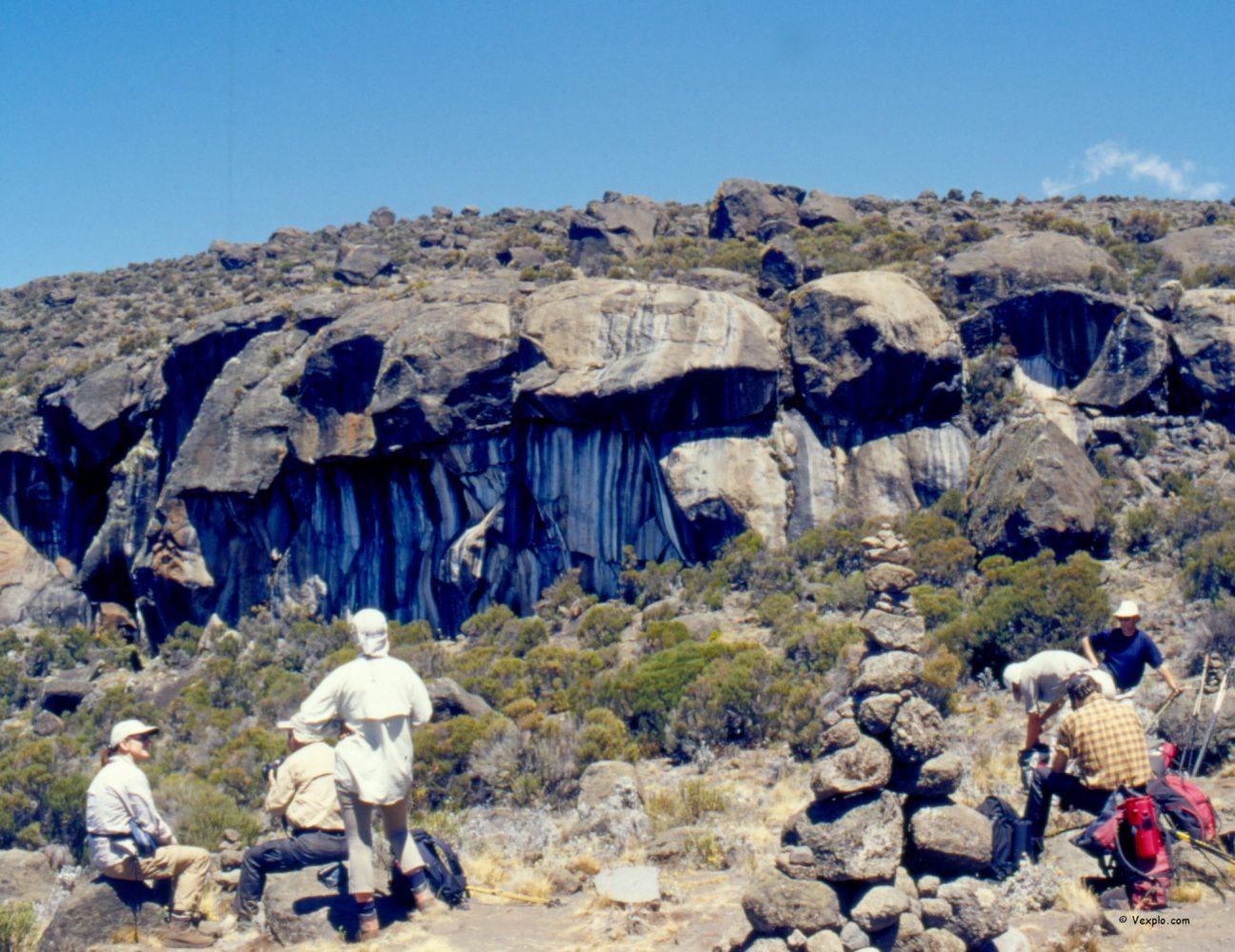 Scalare il Kilimangiaro. Una pausa davanti alla Zebra Rock.