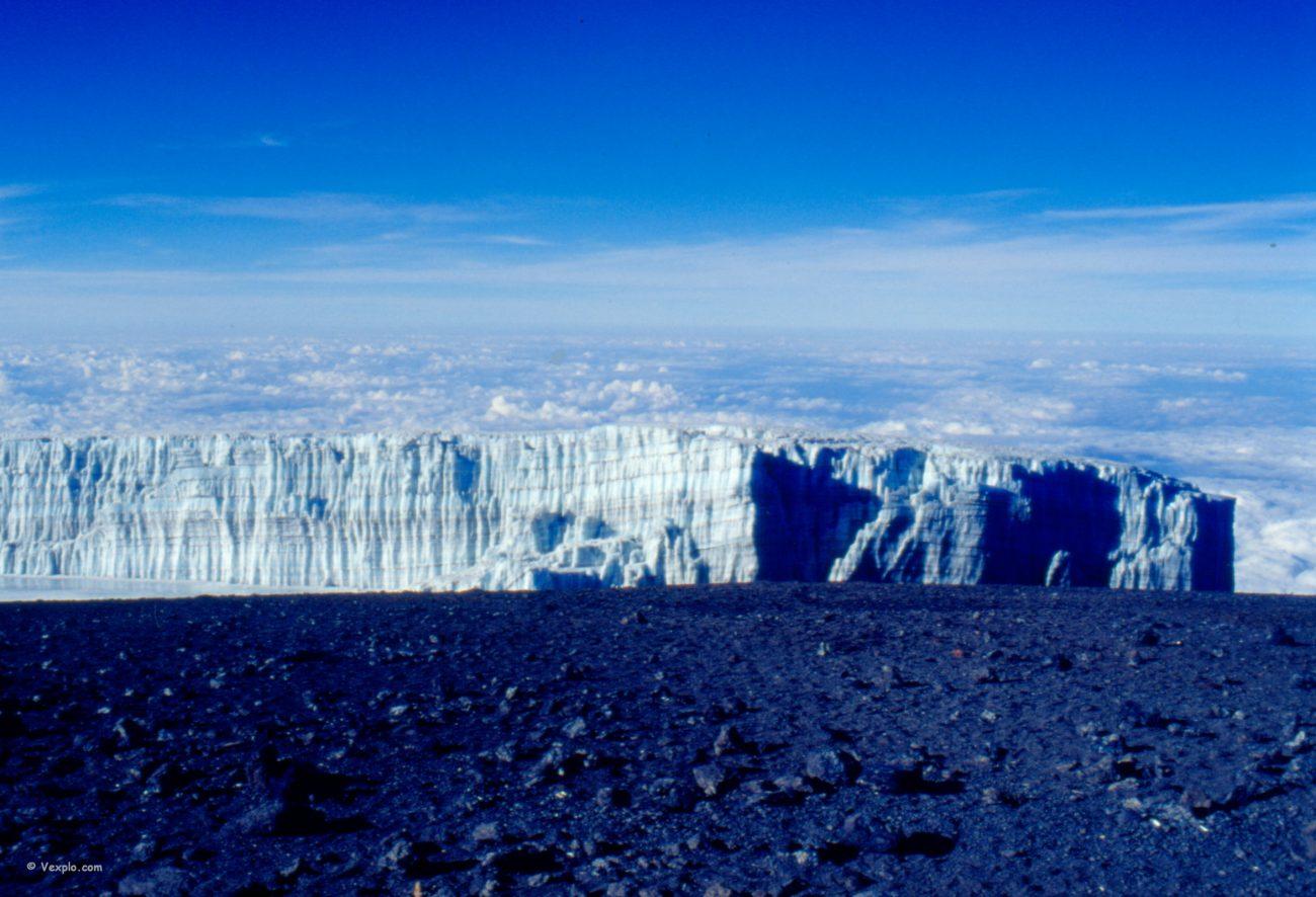 Il ghiaccio si confonde con le nuvole dalla cima del Kibo.