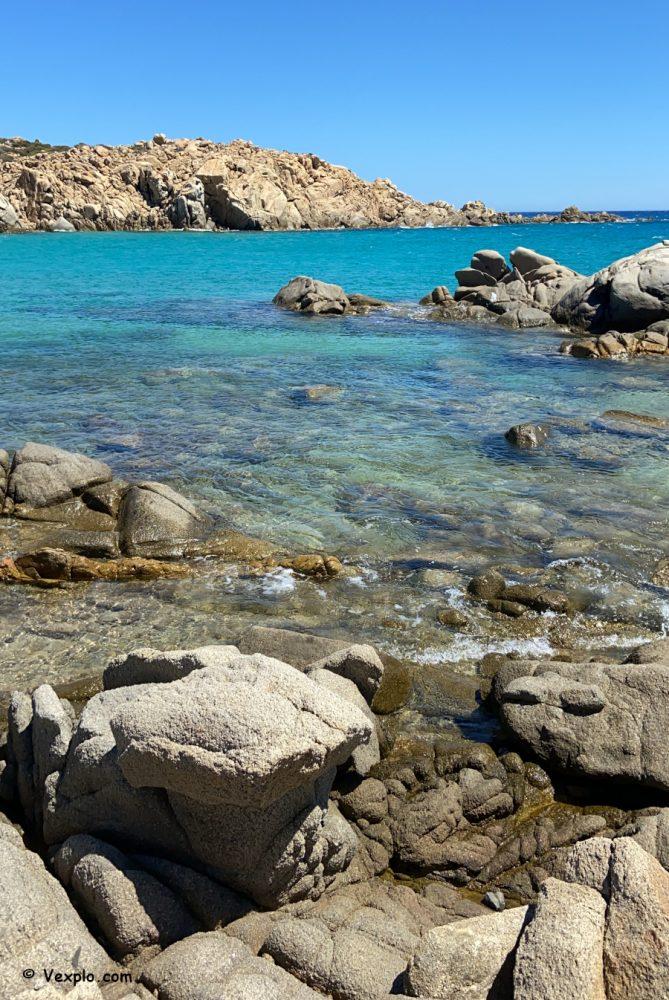 Le rocce ai lati di Cala Cipolla.