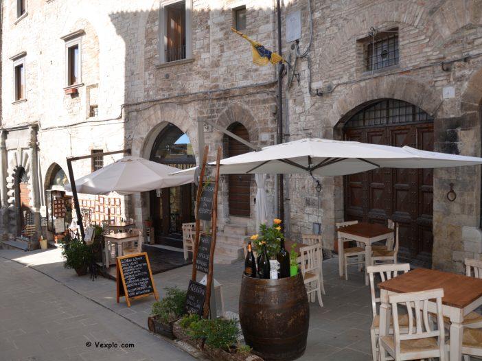 Strada del centro storico di Gubbio.