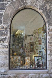 Gubbio - vetrina di un negozio di ceramiche.